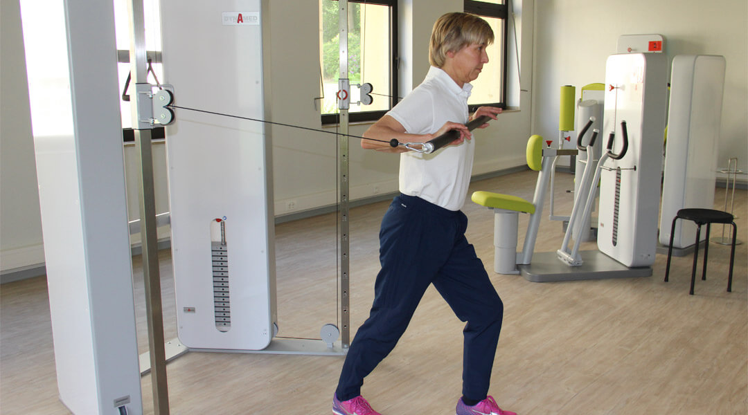 Armübungen bei Sporttherapie in der Park Klinik