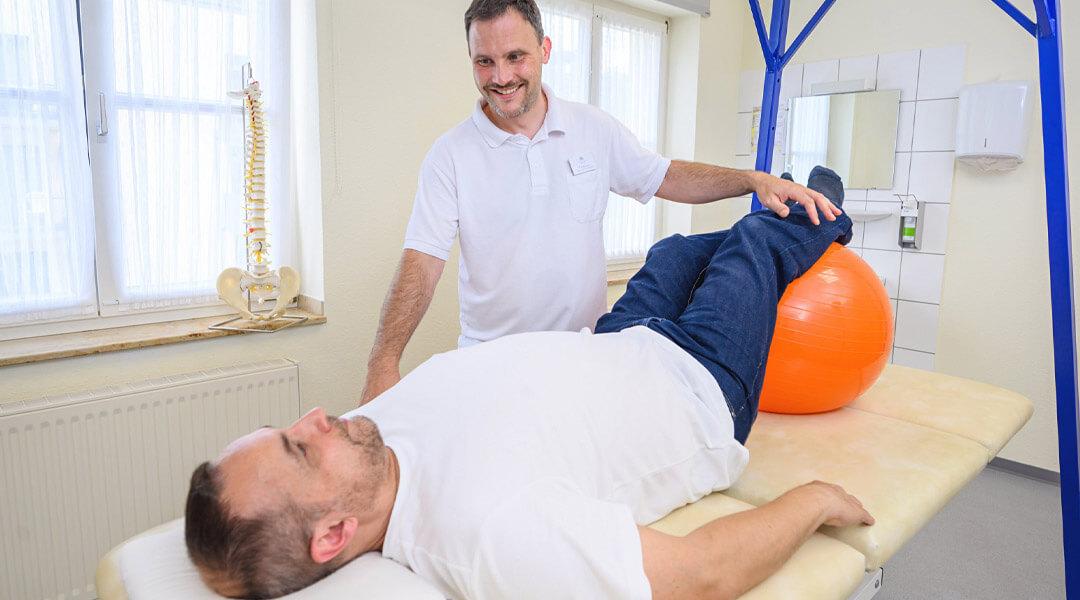Beine auf dem Gymnastikball bei der Physiotherapie in der Park Klinik