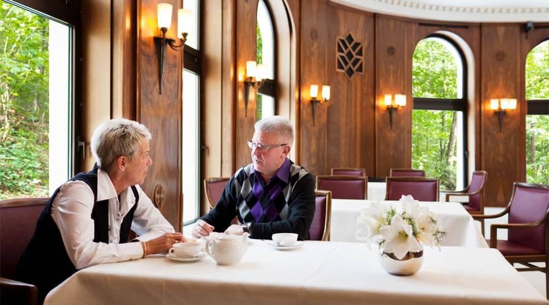 Ehepaar trinkt Kaffee im Cafe der Park Klink