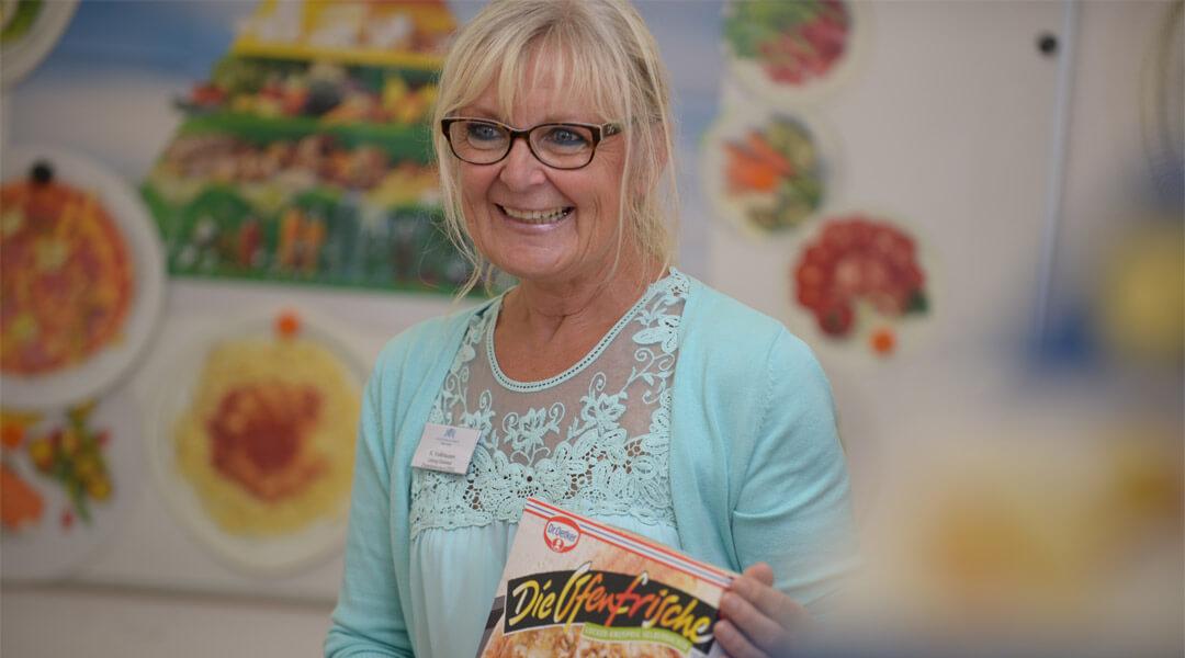 Expertin hält Pizza Karton bei der Diabetesberatung in der Park Klinik