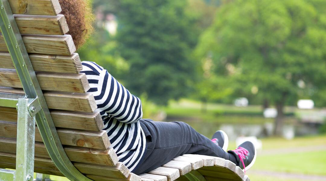 Frau auf Holzbank an der Park Klinik