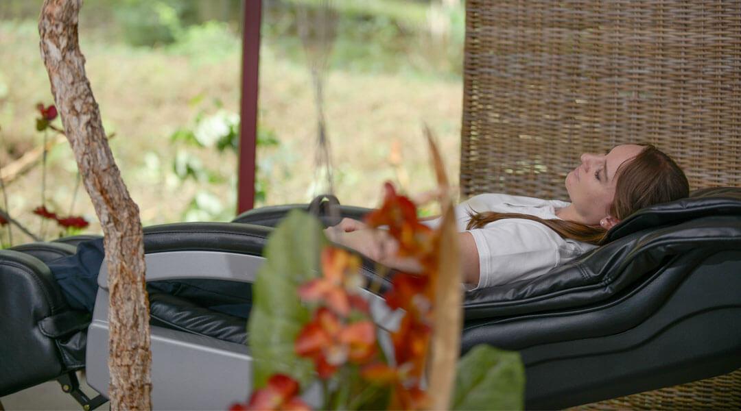 Frau bei der Entspannung auf dem Velus Jet in der Park Klinik