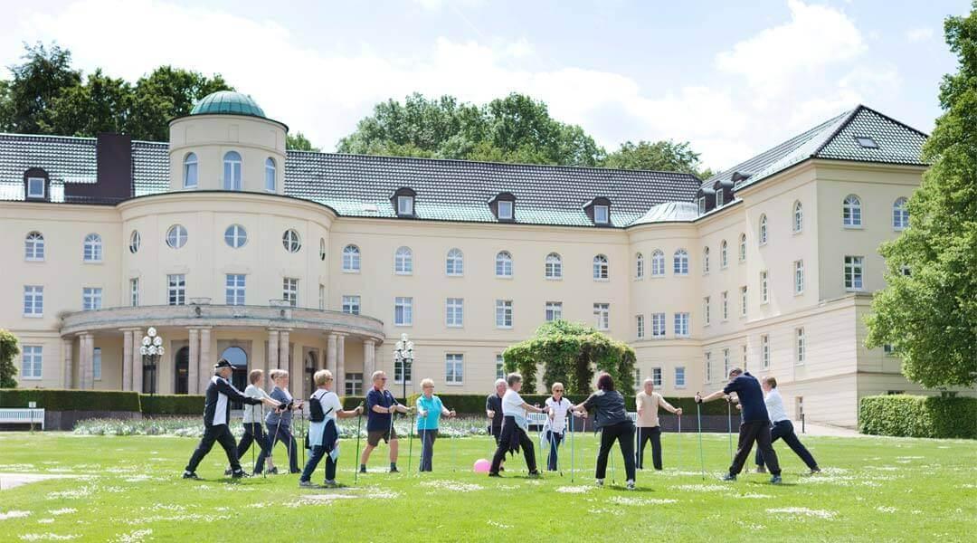 Nordic Walking Gruppe vor der Park Klinik