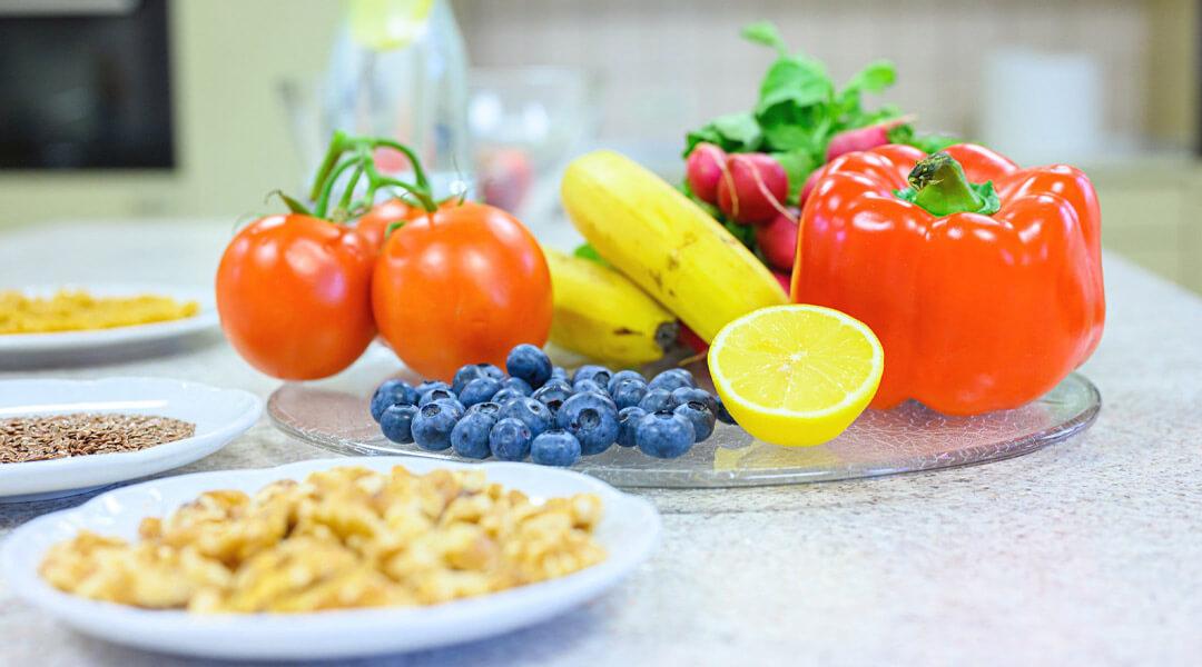 Obst und Gemüseteller auf dem Tisch der Park Klinik