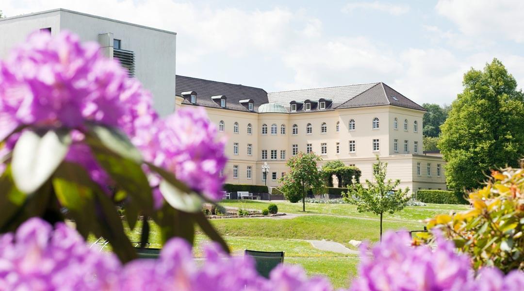Park Klinik hinter Rhododendron