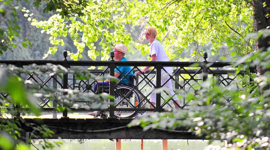 Ein Spaziergang im Park mit einer Pflegekraft