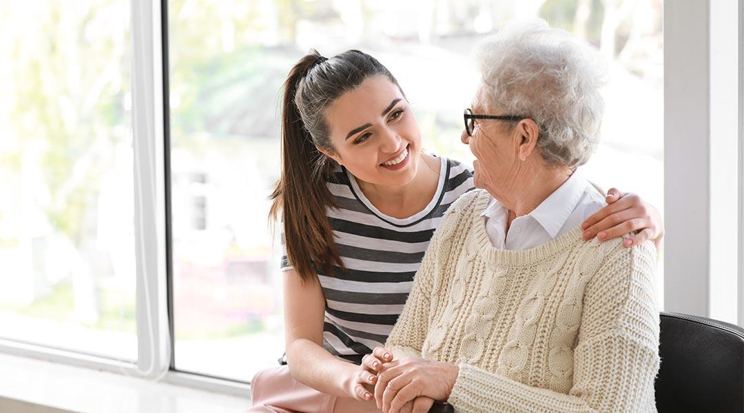 Pflegerin besucht ältere Dame beim Hausbesuch