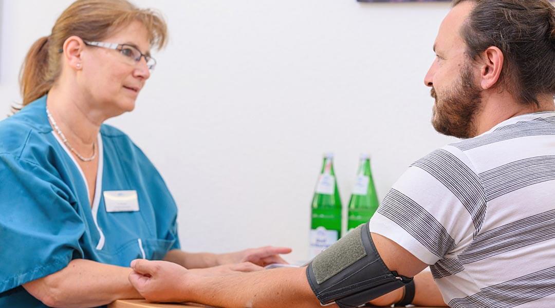 Pflegerin gibt Patient einen Ratschlag in der Park Klinik
