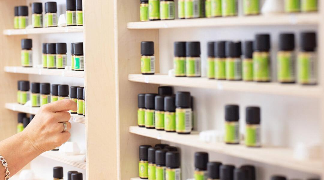 Schrank mit Aromaölen in der Park Klinik