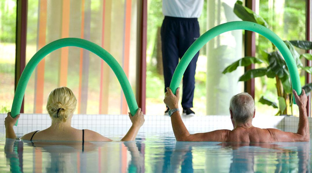 Übungseinheiten im Bewegungsbad mit dem Sporttherapeuten