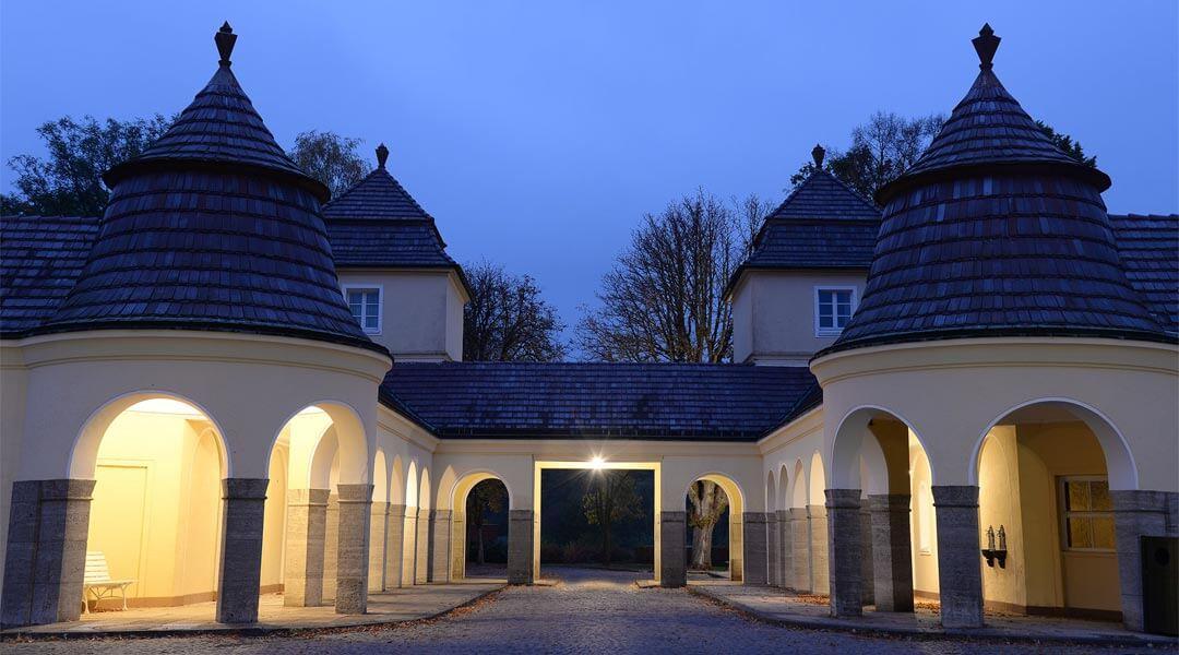Torbogen der Park Klinik bei Nacht