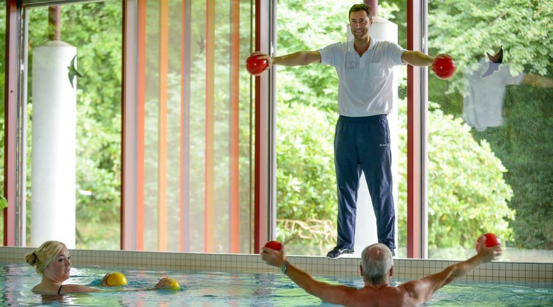 Übungen mit Bällen im Bewegungsbad der Park Klinik
