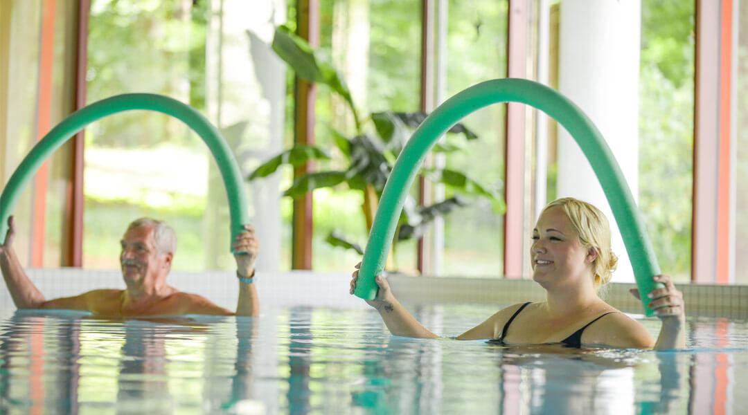 Übungen mit Poolnudeln im Bewegungsbad der Park Klinik