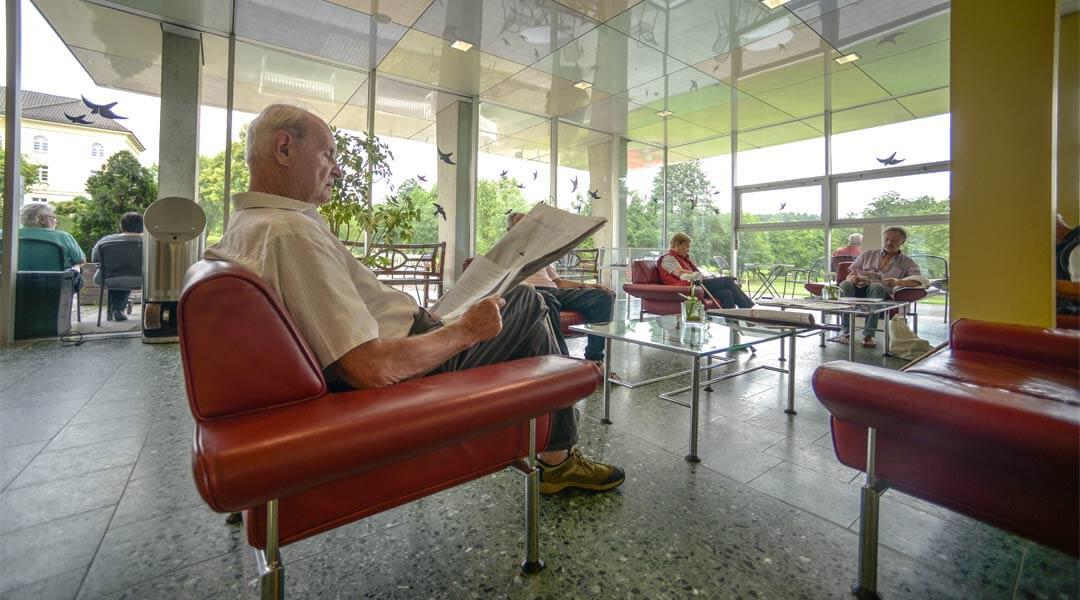 Wartende Personen in der Eingangshalle der Park Klinik