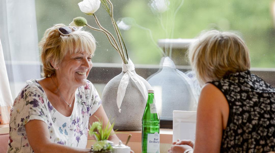 Zwei Frauen im Speisesaal der Park Klinik